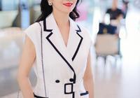 趙雅芝真夠拼,64歲還穿高跟鞋走機場,一身白色馬甲裙盡顯好氣質