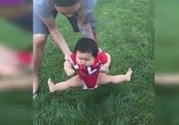 1歲萌娃逛公園,爸爸想把他放草坪上,接下來寶寶的舉動笑翻媽媽