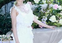 """林依晨36歲了,穿白色蕾絲裙笑得甜美,彷彿看到當年的""""袁湘琴"""""""
