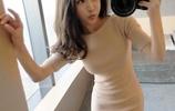 """小姨今年42歲,愛穿""""小眾""""冬裙+裸靴,美得明豔端莊"""