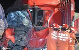 大貨車司機深夜犯困,眼一睜一閉,與車相撞碎片橫飛數十米