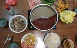 家庭版火鍋這樣做比飯店好吃,用骨頭湯做火鍋湯底香 近10種涮菜