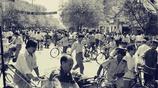 老照片:80年代的自行車大軍,圖5一對騎著二八自行車的情侶說笑