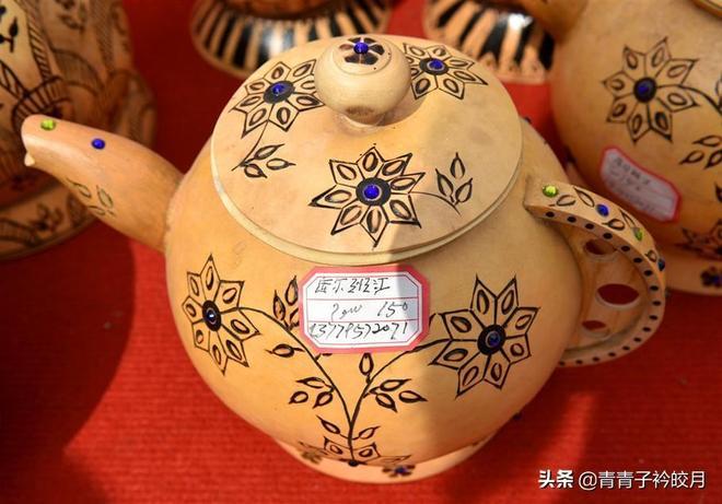 伊犁杏花節:充滿維吾爾風情的葫蘆手工藝品,受到眾多遊客青睞