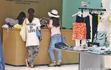 黃聖依穿T恤破洞牛仔褲獨自現身香港 低調購物出手大方
