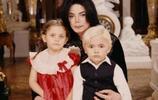 邁克傑克遜女兒長大了,五官立體皮膚白皙,犀利的眼神太像爸爸