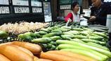 湖北宜昌:市民在超市選購蔬菜水果,今年辣椒價格為何大漲?