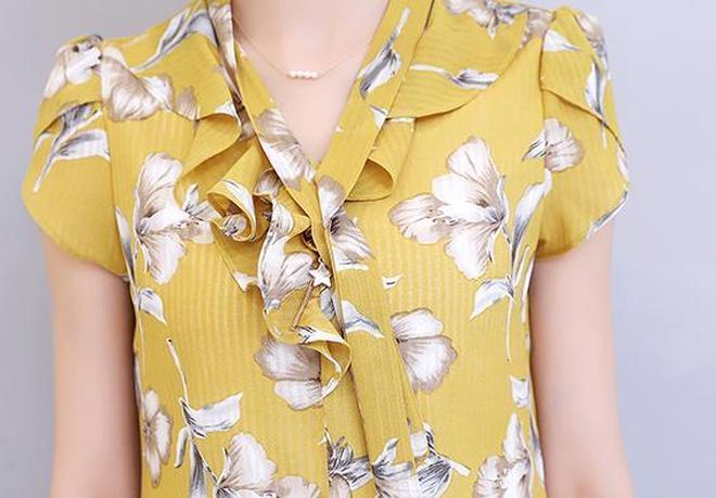 雪紡衫也可以穿出幹練感,鑲鑽V型立領+淑女印花,知性更優雅