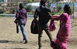 印度封建思想太嚴重,女性在大街上牽手竟要被警察當街遊行扇耳光
