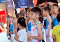 八歲的楊陽洋蔘加體操比賽,動作行雲流水,表情也一臉淡定!