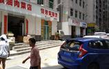 廣東深圳:這座城中村的店鋪招牌都換成了白色的,大城市就是講究