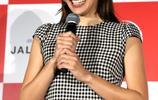 日本混血名模長谷川潤出席活動,開叉格子連衣裙,秀美腿氣場足