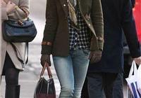 凱特王妃妹妹推娃出行,一襲灰大衣配牛仔褲,穿搭隨性又高級!