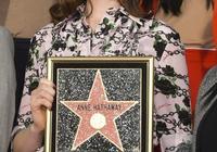從小美到大,拿下奧斯卡,穿普拉達的安妮·海瑟薇留名星光大道啦