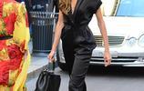 伊莎貝兒黑超遮面穿絲綢連體褲秀美背