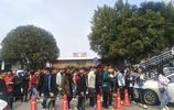 實拍成千上萬學生上下學過天橋,人山人海十分鐘走不到食堂!