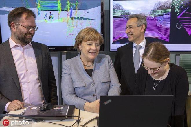 """德國總理默克爾出席""""女孩日""""活動 對VR眼鏡一臉好奇太萌了"""