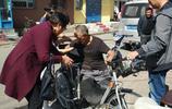 吉林船營區向陽街道天北社區愛心資助殘疾修車工捐助殘疾手搖車!