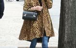 妮基·希爾頓潮氣穿搭秀美腿,豹紋大衣凸顯高級感