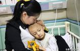 兒子患重病,山東媽媽寸步不離照顧兒子,用棉籤沾水抹嘴脣上解渴