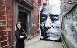 她光用襪子就畫出張藝謀的馬賽克肖像,畫面真的超壯觀啊