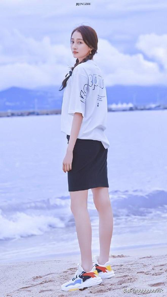 關曉彤海邊拍大片,休閒穿搭盡顯窈窕身段 這腿也太長了吧