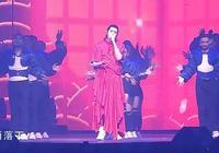 吳亦凡演唱會造型火了,看到他穿的裙子之後,網友:太秀了!