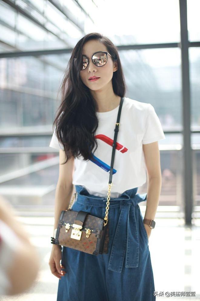 36歲韓雪保養得太好了!穿白T配牛仔褲皮膚白,隨性撩發很美