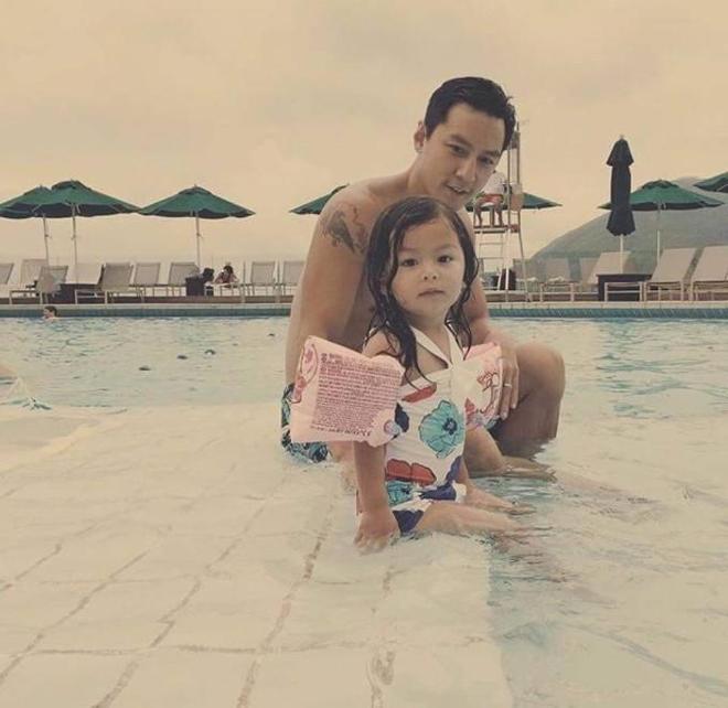 吳彥祖送6歲女兒上學,英姿挺拔有氣質,一臉寵溺被贊暖心爸爸