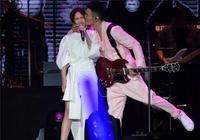 李榮浩演唱會強吻女友楊丞琳,謝謝我的女朋友楊丞琳