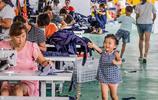 貧困縣裡辦起很多小工廠,村民能帶孩子上班,可提前下班回家做飯