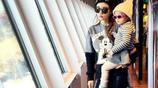 李小璐帶女兒甜馨逛街的照片,戴上了墨鏡,模樣可愛