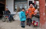 兒子癱瘓,兒媳婦出走,68歲老母親獨自照顧3個孫女1個孫子!