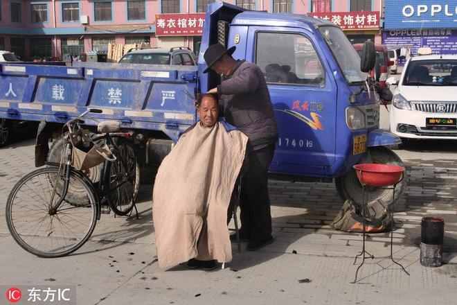 少見!露天理髮一條街,剪頭像趕集,一天能掙300塊