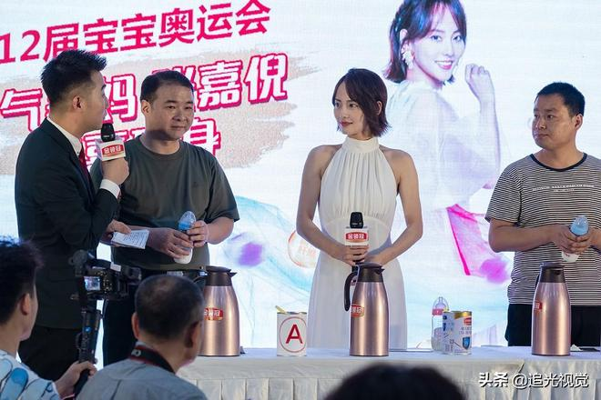 演員張嘉倪現身西安,一襲白裙盡顯優雅,與家長分享育兒經驗