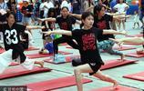 武漢街頭上演百人戶外瑜珈秀 少兒隨母齊參與引圍觀