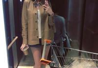 陳若儀在電梯內玩自拍 kimi站在媽媽身後出鏡了
