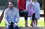 米歇爾·亨澤爾酷炫穿搭潮範十足,小女兒可愛盪鞦韆變身表情包