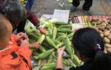 男子街邊擺攤賣玉米,說好10塊錢5根,付錢的時候卻傻了眼