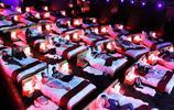 盤點那些情侶電影院,倆人在床上,你確定還能認真看電影?
