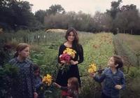 40多歲的她,帶著8個孩子和20條狗隱居鄉間,活成了真正的少女