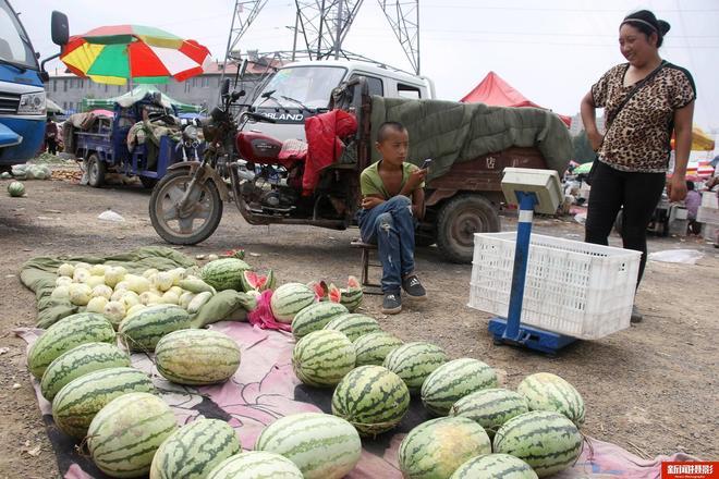 11歲農村娃跟媽媽賣西瓜2毛5賣不掉愁哭了 背後故事心酸