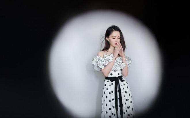 李沁一襲黑白波點長裙出席華表獎 俏麗甜美 優雅又帶一絲嫵媚