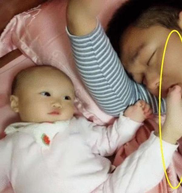 為了叫醒熟睡的爸爸,寶寶連自身形象都不顧了,網友:就服你