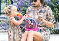 超模伊莉娜帶女兒出街,一襲軍綠風衣帥氣優雅,33歲美得像23歲