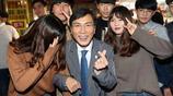 韓總統候選人安熙正為大選造勢 與美女合影手比愛心