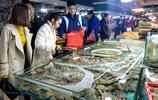 週末逛青島海鮮市場 種類齊全物美價廉 鮁魚25一斤 蛤蜊10元兩斤