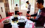 餐館開在居民家,三室兩廳擺5桌,三五百元吃好,不預約沒地方!