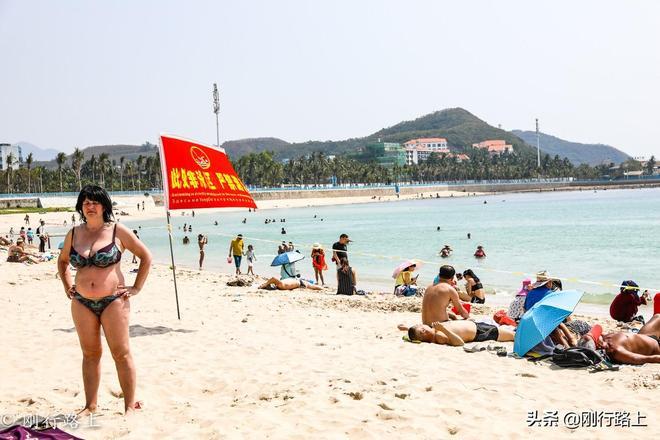 三亞這個不收門票的4A級景區,吸引了眾多外國人來這裡沙灘浴