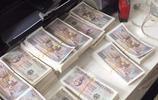 越南男子帶一箱錢進店買新手機,五名店員一起數錢,數到手都抽筋
